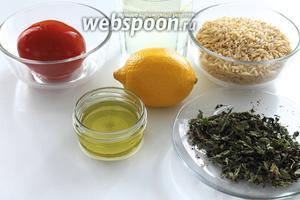 Для супа с пастой орзо необходимы: паста орзо, бульон куриный или вода, помидор, оливковое масло, а также лимонный сок для заправки и сушёная мята, красный острый перец для посыпки.