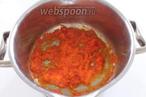 В кастрюле слегка разогреть 1-2 столовые ложки оливкового масла, добавить натёртый на тёрке помидор и обжарить до выпаривания жидкости, но не до сухости. Добавить щепотку куркумы для приятного цвета.