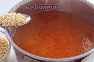 Как только жидкость закипит, добавить пасту орзо (на 1 литр 7 столовых ложек пасты). Проверить на соль, если есть необходимость, то посолить.