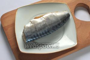 После того, как рыба и овощи оттаяли, у рыбы отрезать голову (если есть) и вынуть все внутренности, промыть её как можно лучше. Сделать надрезы.
