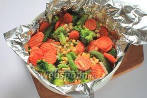 На фольгу уложить овощи.