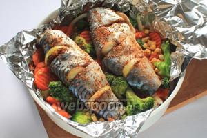 На овощи скумбрию, посыпать специями и посолить. Затянуть фольгой. В чашу мультиварки (у меня Филипс 3039) налить 2 стакана воды. Готовить в режиме «Пароварка» 50 минут.