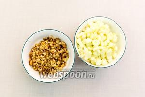 Орехи крупно нарежем, яблоко очистим и нарежем кубиками.