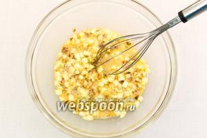Добавим в яичную смесь (шаг 3) измельчённые орехи и яблоки. Перемешаем.
