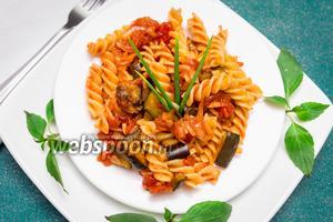 Фузилли с томатным соусом и баклажанами