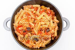 Фузилли отварим в подсоленной воде, воду сольём, и добавим в томатный соус. Перемешаем.