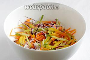 Все овощи сложить в салатник, перемешать, слегка посолить.
