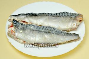 Накрываем двумя другими кусочками филе и обматываем рыбу не туго ниткой. Если начинка начнёт выпадать, её можно аккуратно вложить потом между витками нитки.