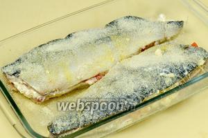 Смазываем маслом форму, подготовленную рыбу окунаем во взбитое слегка яйцо и кладём в форму, посыпаем сверху панировочными сухарями. Запекаем в духовке 20-30 минут при температуре 180ºC. Рыба должна слегка сверху зарумяниться.