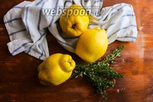 Для начала помойте айву под струёй холодной воды и, если ваша айва покрыта пушком, бережно очистите его щёткой. Лимонный тимьян промойте и просушите на бумажном полотенце.