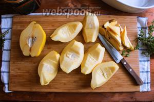 Порежьте каждую четвертинку на 2 части. В итоге от каждого плода у вас получится по 8 ломтиков.