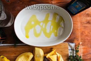 Возьмите жаропрочную керамическую форму для запекания и плесните немного оливкового масла.