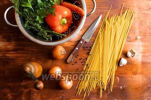 Для приготовления спагетти возьмём средние лук и морковь, чеснок, сладкий красный или жёлтый перец, оливковое масло, таматную пасту и специи. Овощи и зелень промыть и обсушить на бумажном полотенце.
