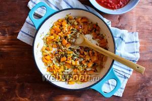 Добавьте в сковороду сладкий перец, оливки и каперсы. Пассеруйте ещё 7 минут, помешивая время от времени деревянной лопаткой.
