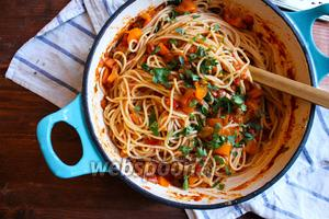 Добавьте готовые спагетти в соус и перемешайте. Если соус получился слишком густым долейте воды от варки макарон. Перемешайте пасту и присыпьте зеленью. Подавайте на стол немедленно и не забудьте положить на стол кусок пармезана и терку! Приятного аппетита!