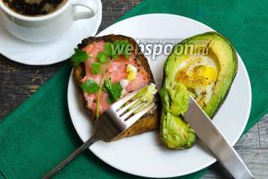 Перепелиные яйца, запечённые в авокадо