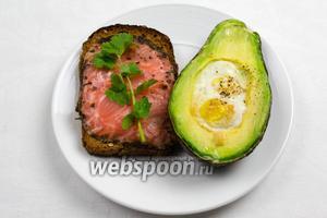 Запечённые яйца в авокадо можно подать к хрустящему тосту с лососем, ветчиной, беконом.