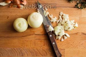 Оставьте сковороду на огне и быстро порежьте лук. Добавьте его в сковороду и перемешайте деревянной лопаткой.