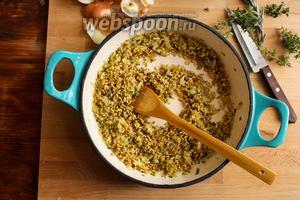 Добавьте в сковороду перловку и перемешайте. Пассеруйте крупу в течение 2-х минут. Постоянно помешивайте, чтобы перловка не прилипала ко дну сковороды.