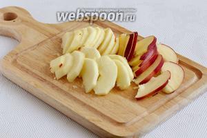 Яблоки очистить и нарезать тонкими ломтиками.