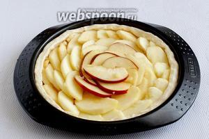 Ломтики яблок выложить по кругу «черепицей». Поставить выпекать в разогретую духовку на 20 минут. Температура духовки 180 ºC.