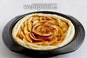 Через 20 минут достать пирог и полить яблоки карамелью. Поставить допекать ещё на 10 минут при 170 ºC.