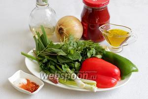 Для домашней приправы нужно взять томатную пасту, лук, оливковое масло, яблочный уксус, сахар, соль, паприку, красный перец, зелёный лук, чеснок, мяту, кинзу.