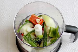 Перцы, чеснок, лук и половину всей зелени измельчить в процессоре, но не до состояния пасты, а чтобы оставались мелкие кусочки.