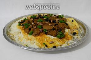 Перед подачей рис с бараниной украшаем зеленью, пропаренным изюмом и орешками. Приятного аппетита!