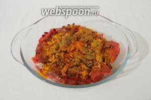 В глубокой миске соединяем мясо и все перечисленные пряности и специи. Не солим.