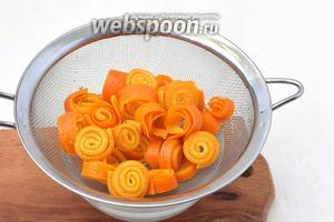 Воду слить, а апельсины обдать холодной водой. Весь процесс  варки повторить 4-5 раз.