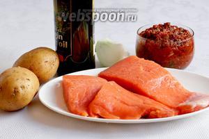Для приготовления запечённой форели нужно взять филе форели, заранее приготовленную  домашнюю приправу к рыбе или мясу , лук, оливковое масло, картофель, специи.