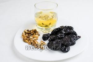 Сначала стоит приготовить добавку к основному блюду из чернослива. Для этого нужно взять: чернослив вяленый, вино белое сухое, орехи грецкие.