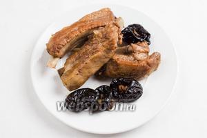 Готовые рёбрышки выложить на тарелку. Подавать горячими к обеду с овощами, букетиком кинзы.