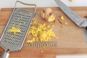 Очистим от кожуры свежий имбирь и мелко натрём, должно получиться 1 столовая ложка.