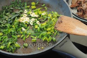 Добавим в эту же сковороду ещё 1/2 ст. л. масла и нарезанный лук-порей, и очищенный нарезанный мелко чеснок.