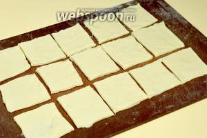 Раскатываем тесто толщиной 3-4 мм, нарезаем на квадраты со сторонами 5х5 см.