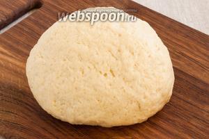 Затем руками замесить плотное, но мягкое, податливое тесто. Оно должно самую малость липнуть к рукам.