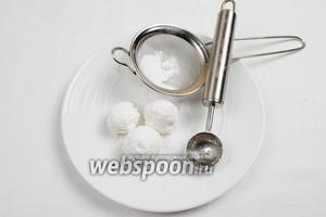 По желанию можно украсить зефирными шариками. Приготовить их можно из готового зефира, присыпав сахарной пудрой.