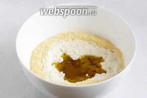 Приготовим хрустящее тесто. Для этого в миску просеять два вида муки, добавить соль, масло и воду.
