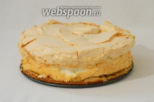 Если у вас безе во время выпекания поднялись над формой, то пройдитесь ножом аккуратно между тортом и бортиками формы для выпечки. Дальше меренга не пристает и торт хорошо вынимается.