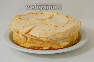 Готовый торт снимаем с пергамента, выкладываем на блюдо и подаём. Приятного аппетита!