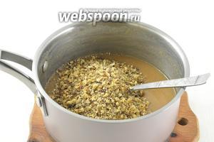 Добавить молотые орехи (средняя крошка). Проварить 2-3 минуты, помешивая. Полностью остудить.