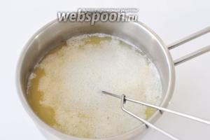 Вылить белок в кипящий бульон и варить, пока он не свернётся полностью (примерно 2-3 минуты). Снять бульон с огня.