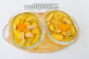 Можно вырезать из моркови украшения. Залить рыбу в порционных лотках бульоном и отправить в холод на 2-3 часа.