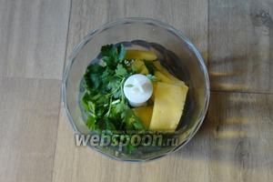 С помощью блендера измельчаем зелень и сыр, так же добавляем 1-2 ст. л. масла.