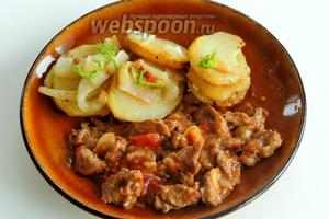 На картофель посыпаем травку фенхеля. Блюдо говядина с фенхелем и картофелем можно сервировать. Приятного аппетита!