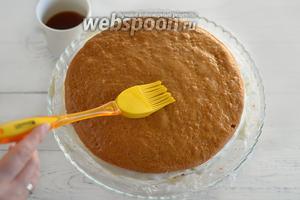 Выложите корж на сервировочное блюдо и смажьте кистью, смоченной в сладком чае.