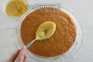 Равномерно распределите по пропитанному коржу 1,5 ст. л. лимонного крема.