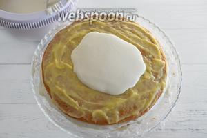 Поверх цитрусовой начинки нанесите слой крема из сметаны.
